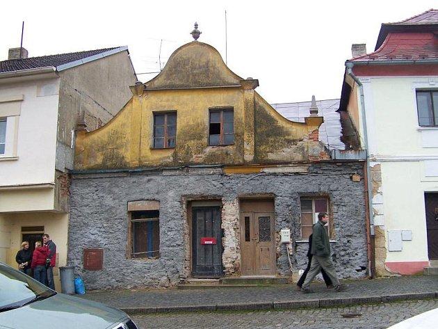 Z vnitřních prostor se opravy přenesly i na venkovní barokní štít původně možná středověkého stavení