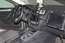 Zábleskové majáky, displej a kamera v policejním autě v civilním provedení jsou skryté za tónovaným sklem.