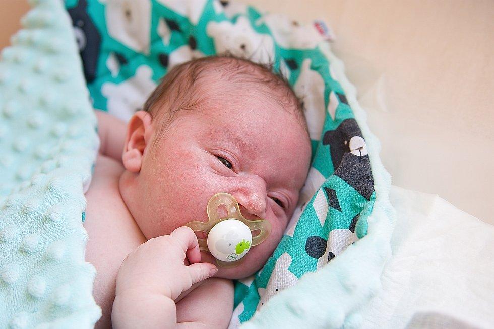 Lukáš Skuhravý se narodil v nymburské porodnici 30. března 2021 v 11.11 hodin s váhou 4370 g a mírou 51 cm. Chlapeček bude bydlet v Přerově nad Labem s maminkou Karolínou, tatínkem Lukášem a bráškou Matyasem (2 roky).