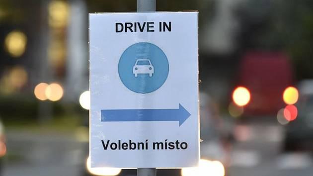 Drive-in volební místo. Ilustrační foto.