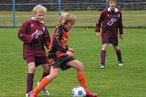 Benešovský záložník mladších žáků Vojtěch Balata si dobře pokryl míč před kolínským hráčem.