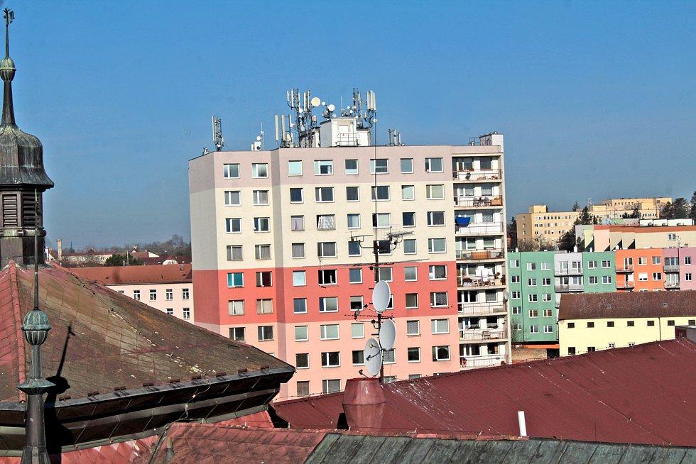 Benešov při pohledu ze střechy kostela sv. Anny - panelový dům ve Vnoučkově ulici.
