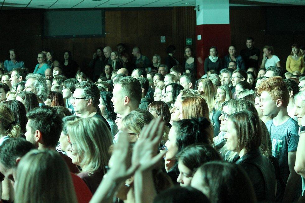 Z koncertu zpěváka Tomáše Kluse v Kulturním domě Karlov v Benešově.
