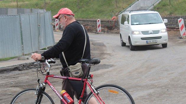 Cyklisté musí být opatrní při průchodu stavbou kruhové křižovatky
