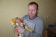 Malý Jaroslav Kadlec, který se stal prvním silvestrovským miminkem v 0.37, při narození měl 3 290 gramů a 50 centimetrů. Ze synka se radují rodiče Michaela Havlínová a Jaroslav Kadlec. Doma ve Vrchotových Janovicích na bratra čeká Ondřej (10) a Šimon (8).