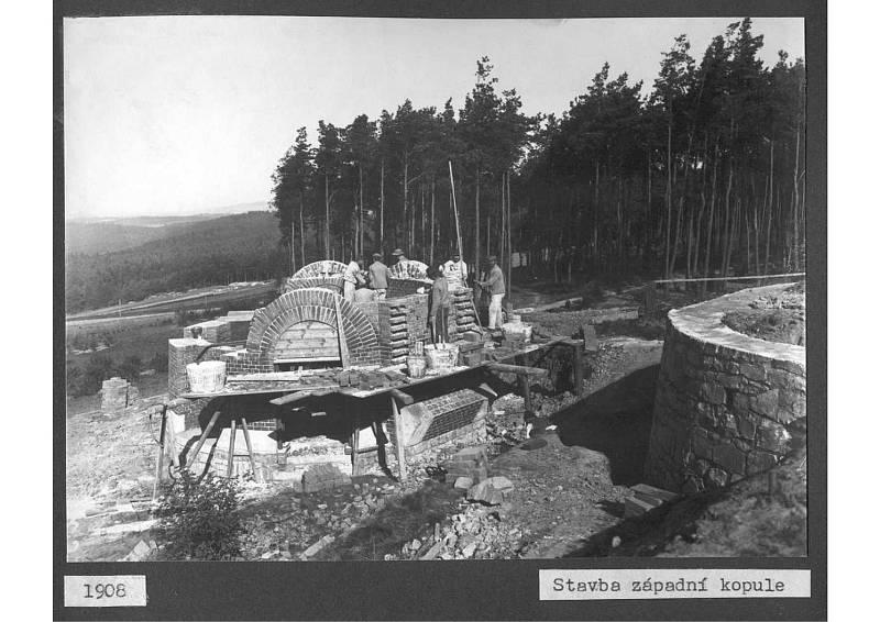 Stavba západní kupole hvězdárny v Ondřejově v roce 1908.
