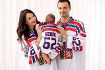 Michal Řepík se před odjezdem na Olympijské hry do Pchjongčchangu vyfotil se svou rodinkou, manželkou Sylvií a sedmiměsíčním Sebastianem, v reprezentačních dresech.