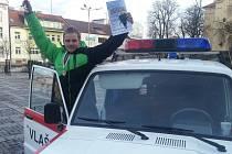Vlašimský dobrovolný hasič Rudof Šaněk se raduje z dosaženého úspěchu.