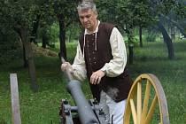 Ševcovský jarmark v Načeradci se konal již podruhé a návštěvníci se mohli těšit na celou řadu ukázek historických řemesel. Samozřejmě i na to ševcovské.