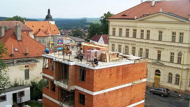Stavaři si z výšky třetího podlaží výhled na město nestačí užít