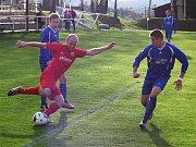 Kondracký Petr Sedláček (v červeném) centruje míč před týneckým Filipem Koptou (vpravo).