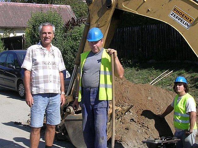Stavba čerčanského vodovodu a tlakové kanalizace se konala celé léto. Dnes už jsou práce hotovy.