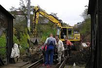 Práce na železnici u týneckého mostu přes Sázavu.