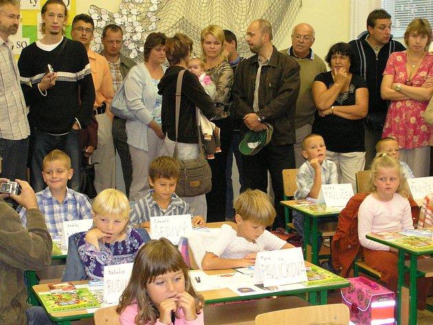 Tisíce prvňáčků poprvé zamířily do školy. V ZŠ Dukelská v Benešově přivítali 75 nováčků