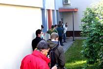 Fronta před pánským kadeřnictvím v objektu Lázní Benešov v pondělí 11. května 2020 dopoledne.