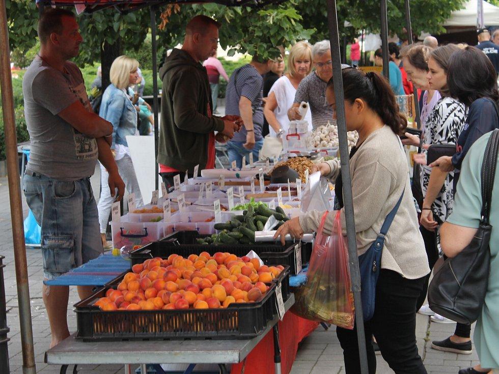 Benešovské posvícení zahájil farmářský trh na náměstí.