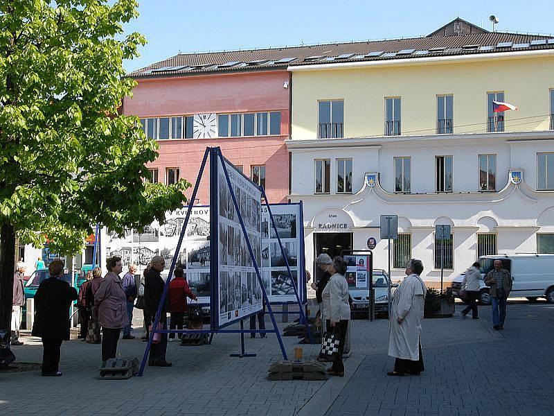 Výstava fotografií z května 1945 na Masarykově náměstí v Benešově.