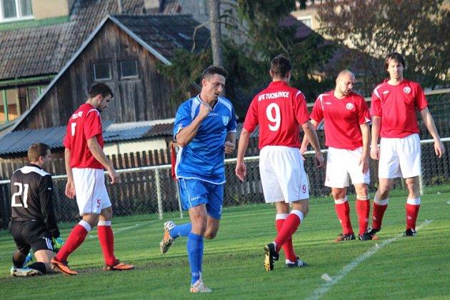 Obermajer (v modrém) slaví gól na 2:1  Zápas skončil 3:1 pro domácí