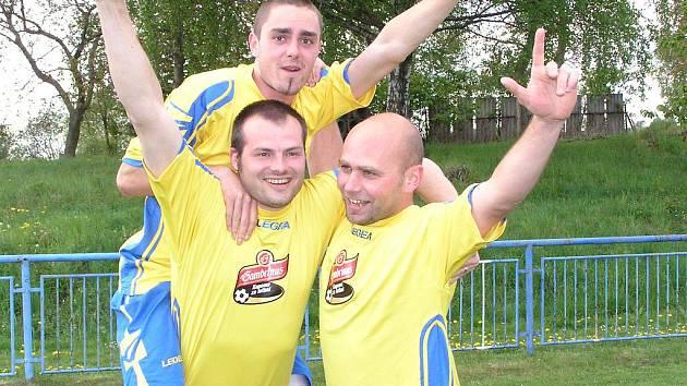 Josef Kopecký (uprostřed) se raduje se spoluhráči z Popovic.