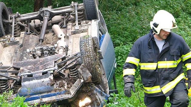 Při dopravní nehodě skončila Lada Niva na střeše mimo vozovku.