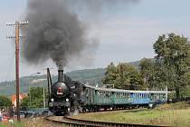 Do Lešan přiveze část návštěvníků také parní vlak.