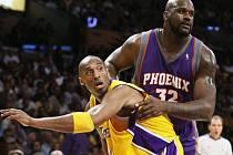 Bryant (vlevo) se utkal s kamarádem O´Nealem. A nakonec se radoval z výhry svých Lakers.