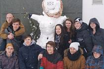 Studenti z Neveklova stavěli v úterý sněhuláky pro Afriku.
