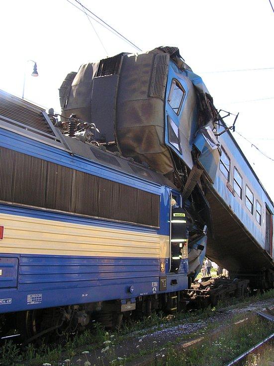 Kabina strojvedoucího osobního vlaku byla nárazem vyzdvižena do výše několika metrů
