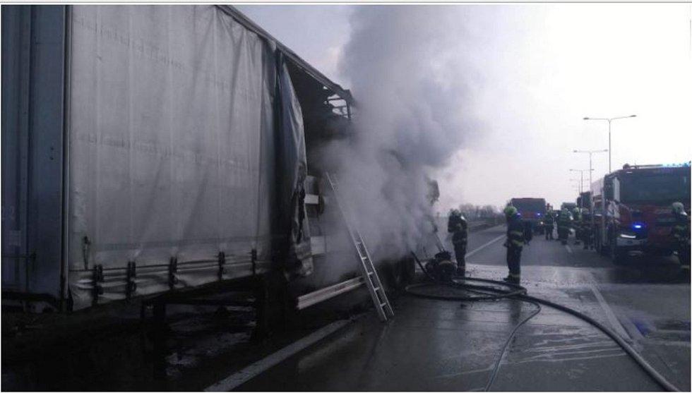 Požár návěsu se dřevem na Pražském okruhu 4. dubna 2020.
