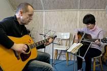 Robert Slezák učí hrát na kytaru nejen děti.