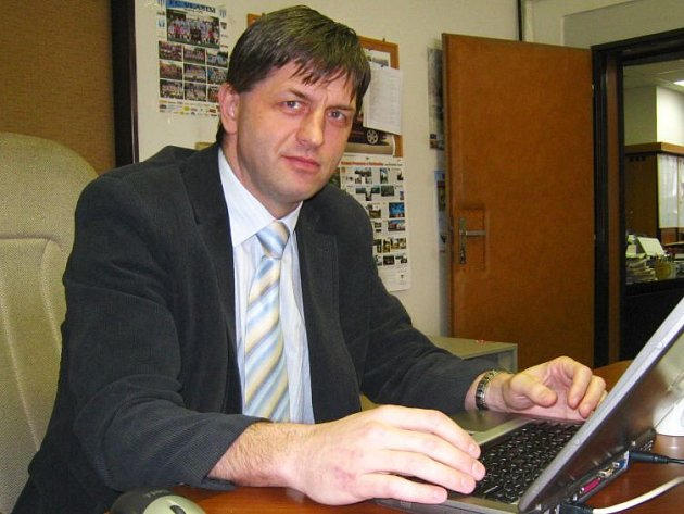 Roman Tichovský při on-line rozhovoru v redakci Benešovského deníku