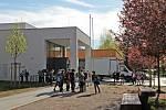 Před Základní školou v Týnci nad Sázavou.