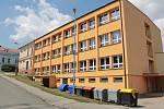 Votická základní škola sestává z několika objektů. Novější s pultovou střechou je 'přilepen' k historické budově (nahoře) s průčelím v Pražské ulici.