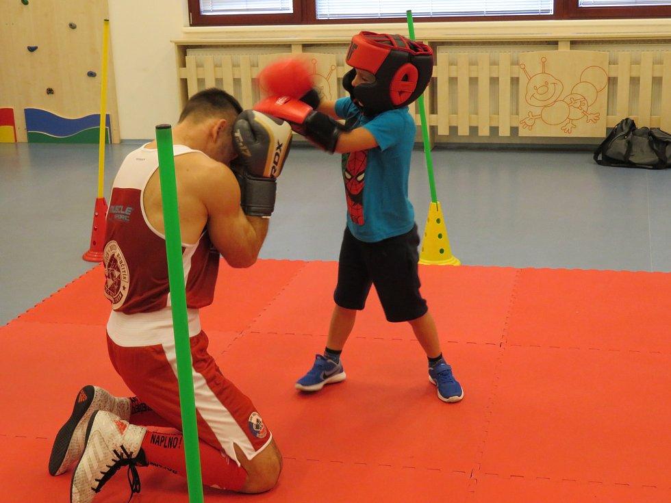Děti se školky MiniSvět se setkaly ve sportovním souboji s profesionálním boxerem Vojtou.
