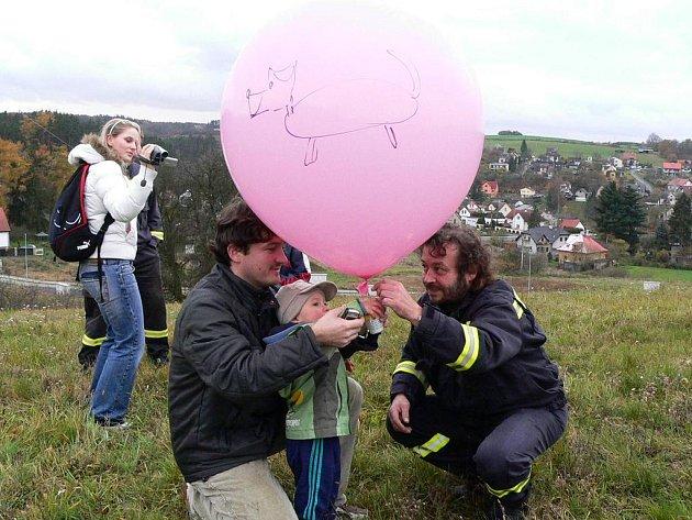 Náměstek SDH Poříčí Jiří Bajer při pouštění balonku