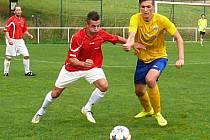 Poříčský útočník Martin Svoboda (ve žlutém) se na hřišti Kunic prosadil jednou gólově, ale ještě několik šancí zazdil.
