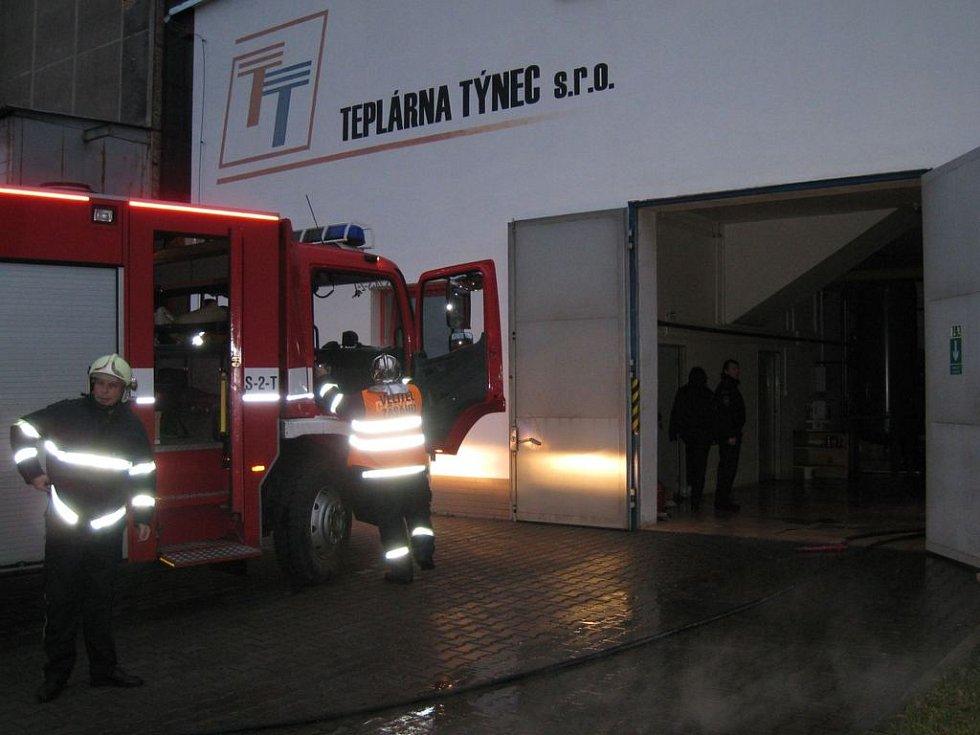 Práce hasičů z HZS Benešov a nezaměnitelné účinky blesku fotoaparátu. Z ranního šera vystupují  reflexní prvky pracovních oděvů