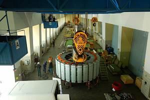 Vodní elektrárna Slapy: usazování rotoru v květnu roku 2020.