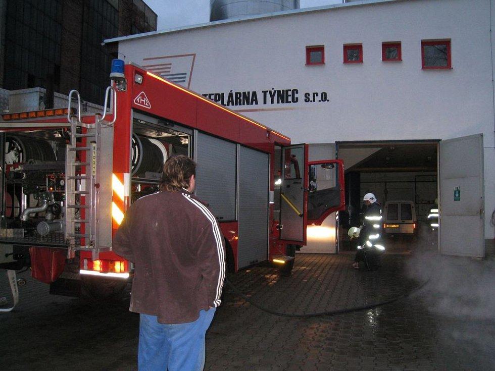 Výbuch plynu nehrozil, do kotelny byla zastavena také dodávka elektřiny. Vpravo je vidět pára z horké vody vytékající z kotelny