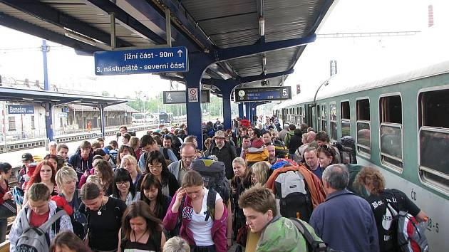Na benešovském nádraží bylo rušno.