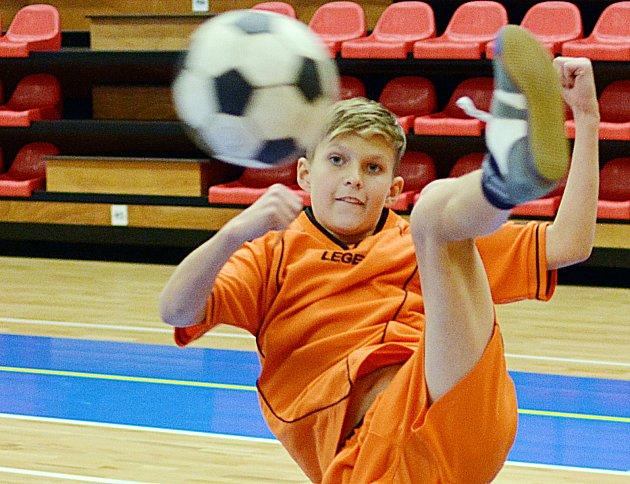 Mladší žák benešovského Šacungu Michal Krunert se v Nymburce stal singlovým vicemistrem republiky v nohejbale.