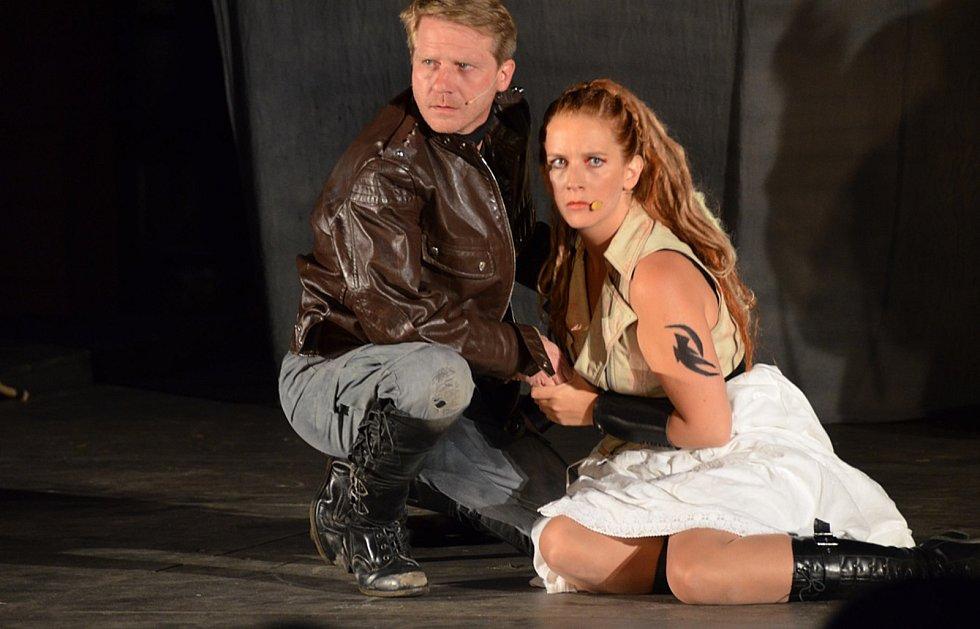 Divadelní inscenace Balada pro banditu pobavila stovky diváků.