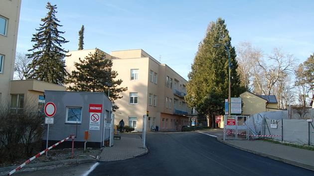 Vjezd do areálu benešovské nemocnice, jejíž provoz ochromil 11. prosince 2019 počítačový kryptovirus, který napadl nemocniční počítačový systém.