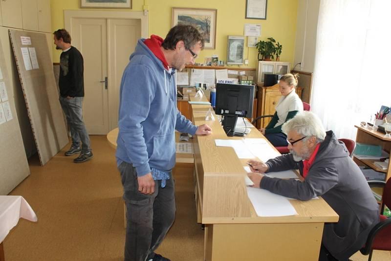 Do dvanácté hodiny v sobotu 21. října odvolilo šedesát procent voličů v Louňovicích pod Blaníkem.