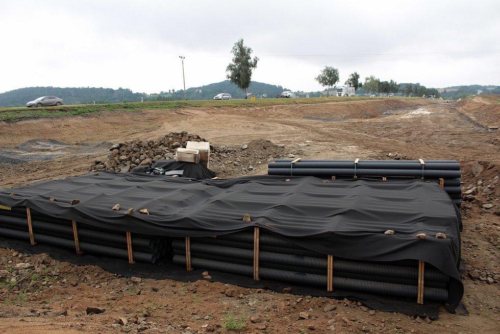 Stavba přeložky silnice I/3 u Olbramovic poslední srpnovou středu 2021.
