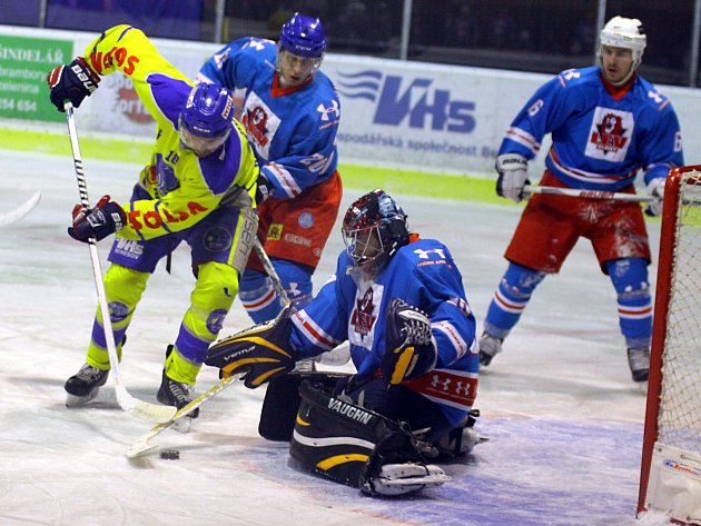 Hokejisté Benešova (vlevo Michal Holeš) chtějí v Příbrami nastartovat novou vítěznou sérii v krajské lize.