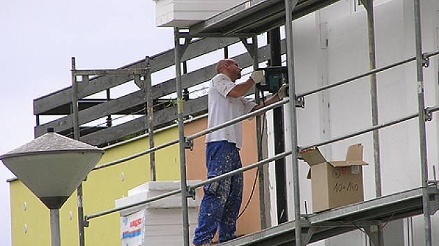 Rekonstrukce domu seniorů v Jankově stále pokračují