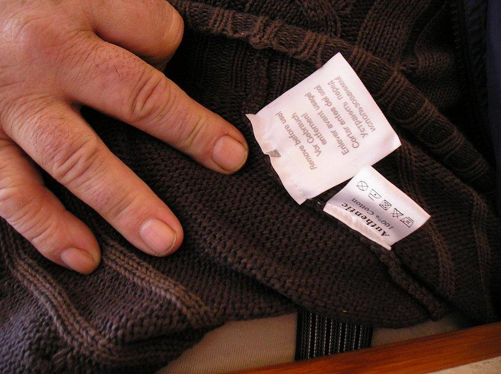 Kód na svetru, který způsobil jeho majiteli potíže.