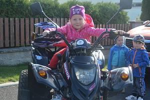 Děti z mateřinky MiniSvět v Mrači se učily jezdit na čtyřkolce.