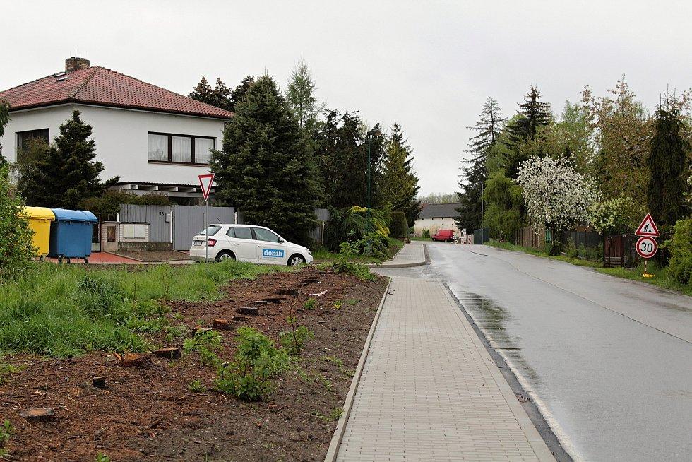 Stavba chodníku v Podělusech ve čtvrtek 13. května 2021.